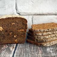 Żytni chleb razowy z prażonymi orzechami