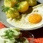 Młode ziemniaczki z mizerią i jajkiem