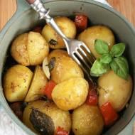 Młode ziemniaki pieczone z pomidorem i ziołami