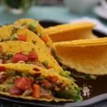 Tacos z kurczakiem i salsą z awokado i warzywami