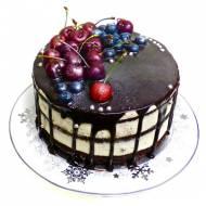 Black velvet cake z jagodową frużeliną.