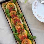 Tarta z żółtą cukinią, kolorowymi pomidorami i pastą z awokado, bazylii i mięty na letni obiad
