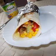 Tortilla z kurczakiem, kukurydzą i warzywami