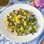 Sałatka z bobem, młodymi ziemniakami, suszonymi pomidorami i młodą cebulką
