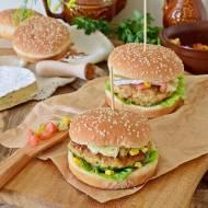 Hamburger z kurczaka z kukurydzą i salsą pomidorową z awokado
