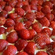 Truskawkowe ciasto z bitą śmietaną