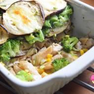 Zapiekanka z bakłażanem, makaronem, brokułem, indykiem i kukurydzą