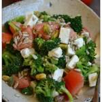 Sałatka brokułowa z pomidorami i fetą