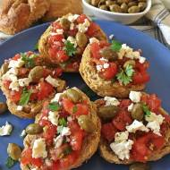 Chrupiące greckie dakos z pomidorami i fetą