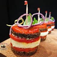 Mini kanapki z chleba pumpernikiel, pieczonej papryki i bryndzy