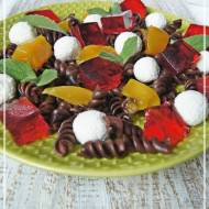 Czekoladowy makaron z serowymi kulkami, galaretką i owocami