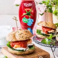 Pełnoziarniste burgery z łososiem, warzywami, ziołowym jogurtem i ketchupem
