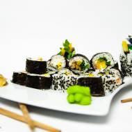 Sushi z wędzonym łososiem i warzywami