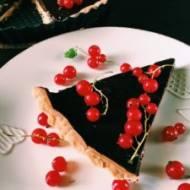 Tarta czekoladowa z czerwoną porzeczką