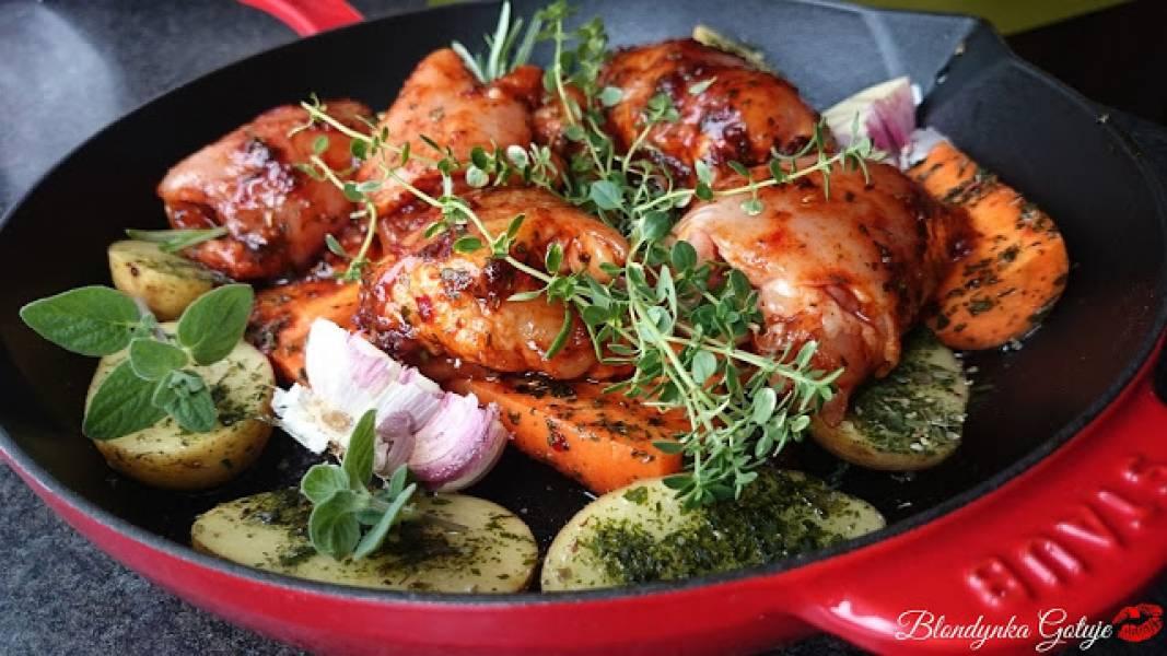 Mięso z Udek z Kurczaka Pieczone na Warzywach - Szybki Obiad