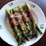Pieczone szparagi z boczkiem i parmezanem