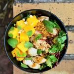 Sałatka z kurczakiem, mango, miętą i orzechami nerkowca