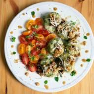Zielone knedle z brokułami i szpinakiem w sosie orzechowym