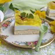 Ciasto biszkoptowe z pianką, galaretką i roladkami.