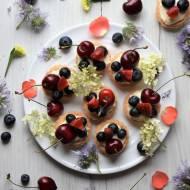 Tartaletki chałwowe z owocami letnimi
