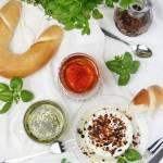 Labneh - twarożek z naturalnego jogurtu, z dodatkiem oliwy, ziół i przypraw