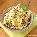Sałatka makaronowa z ogórkiem, kukurydzą konserwową, prażonymi ziarnami słonecznika i sezamu.