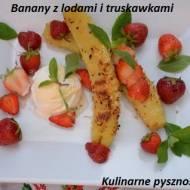 banany z lodami śmietankowymi i truskawkami