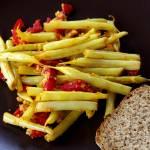 Fasolka szparagowa z marynowaną papryką, parmezanem i migdałami