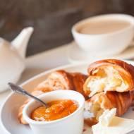 Francuskie śniadanie i konfitura brzoskwiniowa