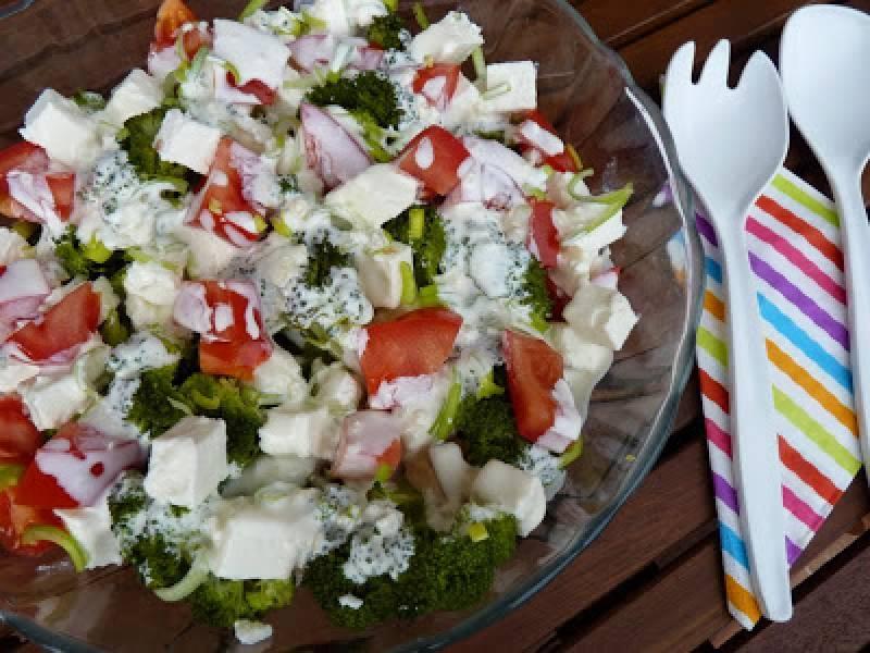 Sałatka brokułowa z fetą i pomidorami