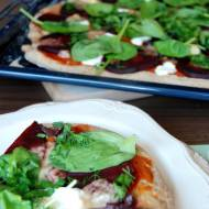 Orkiszowa pizza z burakiem i serkiem kozim