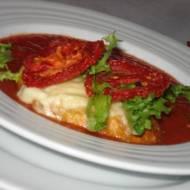 Rozgrzewająca  zupa krem pomidorowy, z  grzankami z mozzarellą i chipsami pomidorowymi