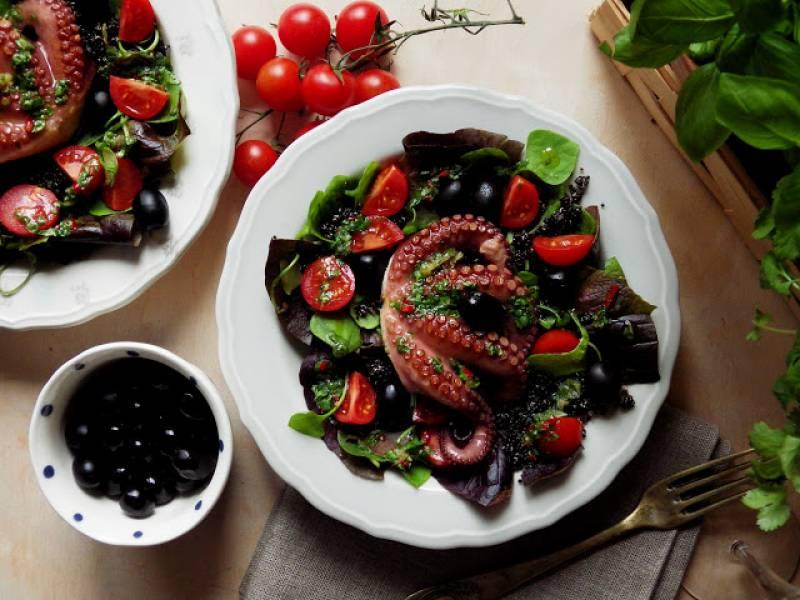 Przepis Na Osmiornica Z Chimichurri Na Salatce Z Czarna Quinoa