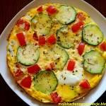 Omlet z cukinią, mozzarellą i pomidorem