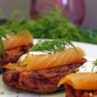 Buraczano-ziemniaczane placuszki z wędzonym łososiem
