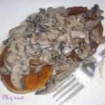 Postny obiad: Kotlety ziemniaczane z sosem pieczarkowym