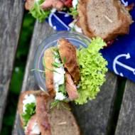 Domowe pieczywo orkiszowe, pierś kurczaka duszona z truskawkami i rozmarynem, ricotta i jarmuż. Śniadanie w plenerze idealne. Mó