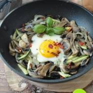 Śniadaniowe jajka z cukinią i grzybami