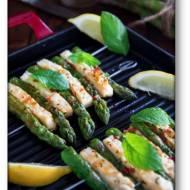 Szaszłyki z grilla – szparagi z serem halloumi