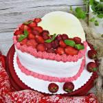 Tort z kremem truskawkowym w kształcie serca