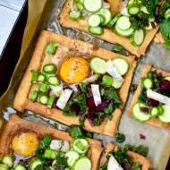 Mini tarty orkiszowe z botwiną, szparagami, mini cukinią, pleśniowym serem i jajkiem