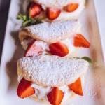 Biskwity z bitą śmietaną i truskawkami