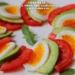 """""""Caprese"""" z awokado, jajkiem i pomidorem"""