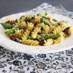 Przepis na makaron ze szparagami i suszonymi pomidorami