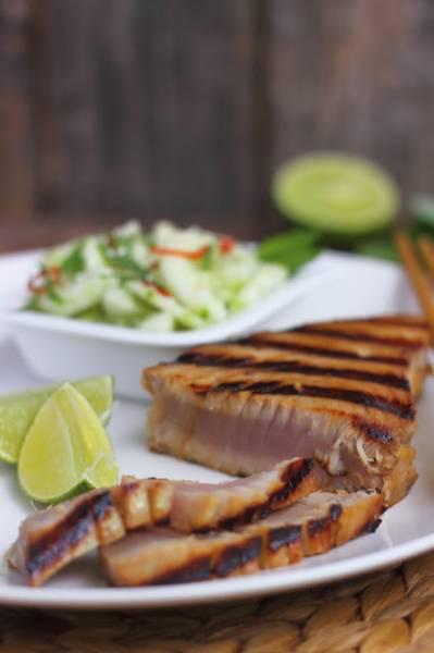 Grillowany stek z tuńczyka z azjatycką mizerią