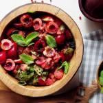 Sałatka z pomidorów i czereśni z czarną quinoą, miętą i różowym pieprzem