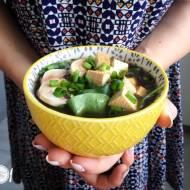 Zupa miso ze szpinakiem i wędzonym tofu