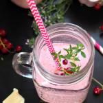 Koktajl jogurtowy z czerwoną porzeczką i białą czekoladą