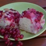 Letnie ciasto z porzeczkami i truskawkami