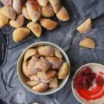 Pieczone pierożki krucho-drożdżowe z malinami